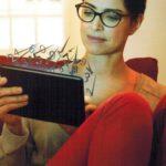 Frau, die durch eine Brille mit Eyezen Gläser auf ihr Tablet schaut